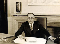 Figure 3 : Jean Zay (1904-1944), dans son bureau de ministre de l'Éducation nationale (ca 1936 –D.R.)